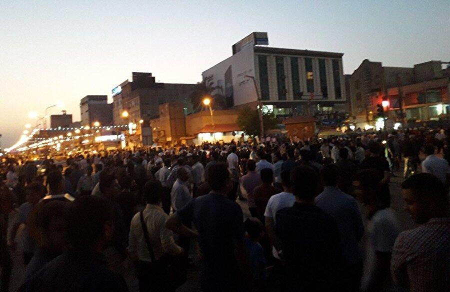 """İran'da protestolar başkente sıçradı İran'ın çeşitli kentlerinde birkaç gündür süren ekonomik sorunları protesto gösterileri başkent Tahran'a sıçradı. Ülkede üç gün önce İsfahan'da patlak veren bugün de İsfahan'la birlikte Meşhed, Şiraz gibi kentlere yayılan ekonomik sorunları protesto gösterileri Tahran'a uzandı. Gösterilere katılan eylemcilerin sosyal medyada paylaştıkları görüntülerde eylemcilerin, Tahran'daki """"Veliasr Meydanı"""" yakınlarındaki çöp konteynerlerini ateşe verdikleri görüldü."""