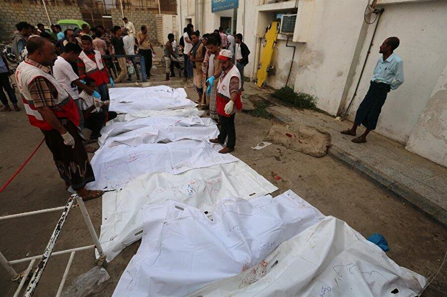 Hudeyde'de ağır bilanço: 55 ölü Suudi Arabistan öncülüğündeki koalisyonun Yemen'in Hudeyde şehrine düzenlediği hava saldırısında ölü sayısının 55'e yükseldiği aktarılırken 124 kişinin de yaralandığı açıklandı. Yemen'in önemli liman şehirlerinden Hudayde'nin kalabalık bölgelerinden balık pazarı ve liman yakınlarına dün sabah saatlerinde hava saldırısı düzenlenmişti. Hudeyde'deki sağlık yetkilileri, şehirdeki Elsevre Hastanesi ve diğer hastanelere onlarca yaralının ulaştığını, ölü sayısının artabileceğinden endişe ettiklerini belirtti.