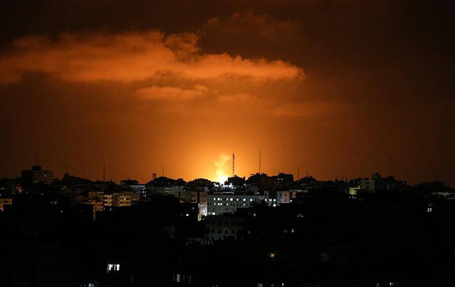 Gazze'de ateşkes yürürlüğe girdi İsrail ile Filistinli gruplar arasında bir süredir devam eden görüşmelerde anlaşma sağlandı. Filistinli kaynaklardan edinilen bilgiye göre, İsrail ile Hamas'ın başını çektiği Filistinli gruplar arasında Mısır'ın ara buluculuğunda varılan ateşkes 9 Ağustos 22.45'te yürürlüğe girdi. Söz konusu ateşkes, son iki ayda, Mısır'ın arabuluculuğunda İsrail ile Filistinli gruplar arasında varılan beşinci ateşkes oldu.