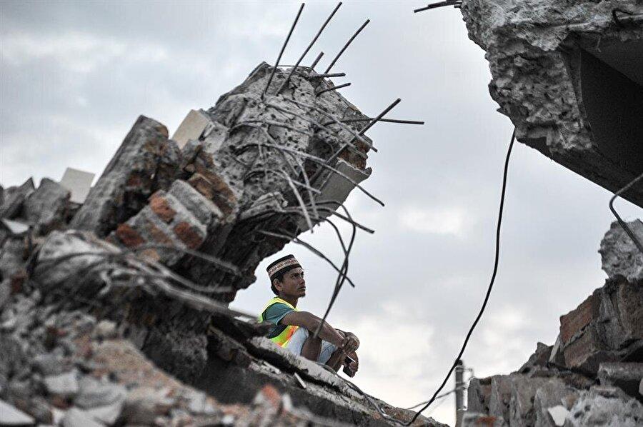 Endonezya'da deprem Endonezya'nın doğusundaki Lombok Adası'nda meydana gelen 7,0 büyüklüğündeki depremde 347 kişinin hayatını kaybettiği bildirildi. Ulusal Afet Yönetim Ajansı (BNPB) Sözcüsü Sutopo Purwo Nugroho, yaptığı açıklamada, depremde ölü sayısının 347'ye yükseldiğini belirtti. Depremin en çok etkilediği Lombok'un kuzey bölgesinde can kayıplarının fazla olduğunu ifade eden Nugroho, bölge genelinde de bin 477 kişinin yaralı olduğunu bildirdi.