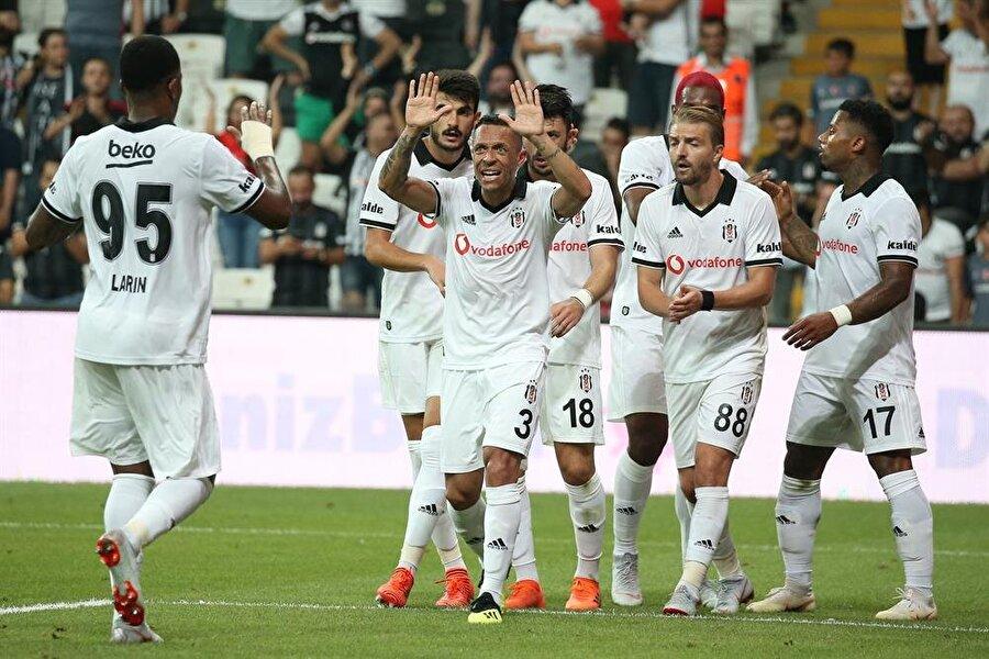BEŞİKTAŞ                                                                           2015-2016 ve 2016-2017 sezonlarını şampiyon olarak kapatan Beşiktaş, üçüncü yıldızı da formasına eklemeyi başardı. Ancak geçtiğimiz sezon aynı başarıyı yakalayamayan siyah beyazlılar, Süper Lig'i 4. sırada bitirirken UEFA Avrupa Ligi'ne katılabildi. Transfer döneminde yüksek maliyetli satışlar yapan siyah beyazlılar, Mitrovic, Tosic ve Fabri'nin satışından şu ana kadar 14 milyon avro civarında bir parayı kasasına koymuş durumda. Beşiktaş da rakipleri gibi bonservissiz ve genç oyunculara yönelirken, Dorukhan Toköz, Enzo Roco, Güven Yalçın, Umut Nayir'i renklerine bağladı. 2. ön eleme turunda B36 Torshavn'ı rahat geçen siyah beyazlılar, 3. ön eleme turu ilk maçında LASK Linz'i Vodafone Park'ta 1-0 yenmeyi başardı. Siyah beyazlıların bu sezonki hedefi ise Avrupa Ligi'nde final oynamak ve ligde şampiyonluk olacak.