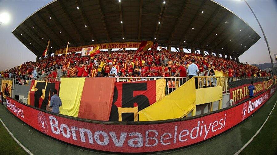 GÖZTEPE                                                                           2017-2018 sezonunda 14 yıl sonra yeniden Süper Lig'e dönen İzmir ekibi Göztepe, geçen sene ligin yeni ekiplerinden olmasına rağmen üst sıralarda ligi tamamlamayı başarırken oynadığı futbolla da göz doldurdu. Transfer dönemini hareketli geçiren Göztepe, önemli futbolcuları da kadrosuna kattı. Deniz Kadah, Lamine Gassama, Fausto Grillo, Berkan Emir, Alpaslan Öztürk, Yasin Öztekin, Samed Kaya ve Titi'ye sarı kırmızılı formayı giydirdi. Takımdan ayrılan isimler ise Ömer Şişmanoğlu, Emre Can Çoşkun, Leo Scwechlen, Selçuk Şahin, Rajko Rotman, Canberk Dilaver, Demba Ba ve son olarak takas anlaşmasıyla Fethi Özer oldu. Gelecek sezon üstlere tırmanıp ilk 4 içinde yer almayı planlayan sarı kırmızılılar da hedef UEFA Avrupa Ligi'ne katılmak.
