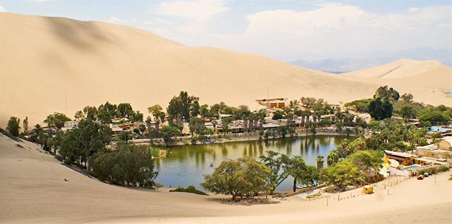 Çölün ortasında bir cennet... Peru'nun güneybatısındaki Ica Region'da bulunan bir köy Huacachina... Çölün ortasında göl etrafına kurulan küçük köyün nüfusu ise, 115 kişiden oluşuyor.