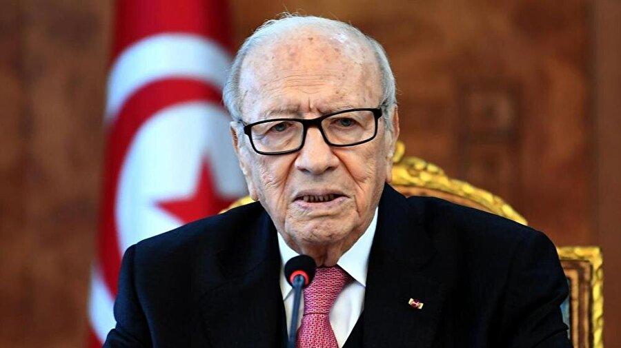 """Tunus'ta tartışmalı yasa meclise geliyor                                      Tunus Cumhurbaşkanı El-Baci Kaid es-Sibsi, mirasta kadın erkek arasında eşitliği öngören teklifi meclise sunacağını söyledi. Cumhurbaşkanı Sibsi, Tunus Milli Kadın Bayramı kutlamaları kapsamında yaptığı konuşmada, """"Mirasta kadın-erkek arasındaki eşitlik konusunu yasa haline getirmek istediğini"""" belirtti. Anayasada yer alan """"tüm Tunusluların eşit olduğu"""" ifadesi üzerine bu değişikliğin yapılacağını belirten Sibsi, """"İsteyenlerin anayasaya uygun şekilde isteyenlerin de İslami esaslara göre miras paylaştırabileceğini"""" ifade etti."""