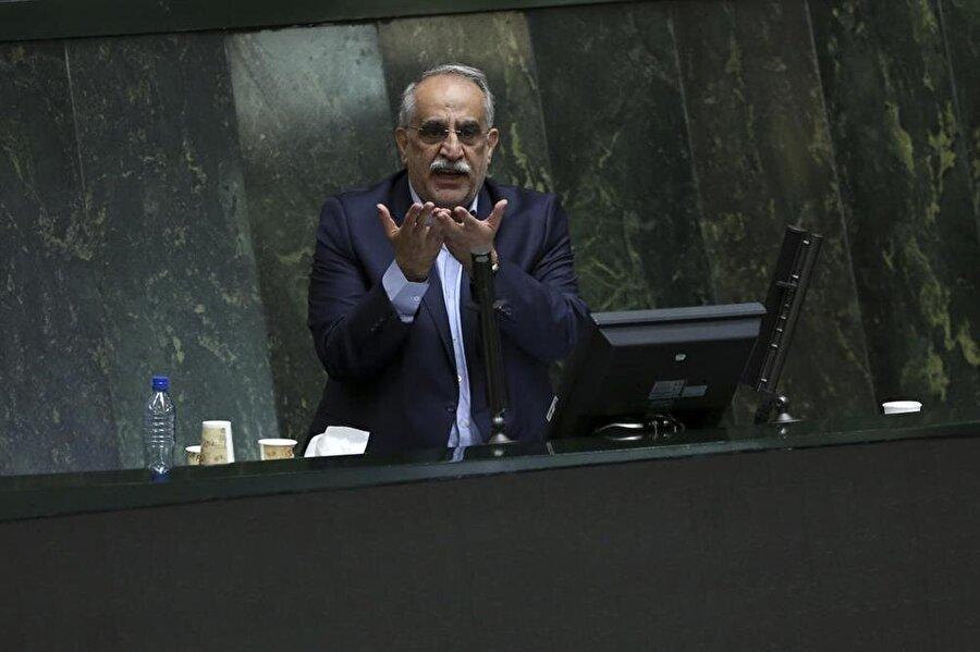 Ruhani'ye ikinci darbe                                      İran'da 20 gün içinde ikinci bakan azlinin şaşkınlığı yaşanıyor. 8 Ağustos'ta Çalışma Bakanı Ali Rebii'nin ardından dün de İran Ekonomi ve Maliye Bakanı Mesud Kerbasiyan, mecliste yapılan gensoru oylamasında görevinden azledildi. İran Meclisi'nde yapılan gensoru oylamasında 121 milletvekili Kerbasiyan'ın görevde kalması yönünde oy kullanırken, 137 milletvekili de azledilmesini istedi. Gensoru önergesinde Kerbasiyan, ülkedeki ekonomik krizi yönetememek, gerekli tedbirleri almamak, uygun mali denetim ve şeffaflığı sağlayamamaktan sorumlu tutuluyordu.