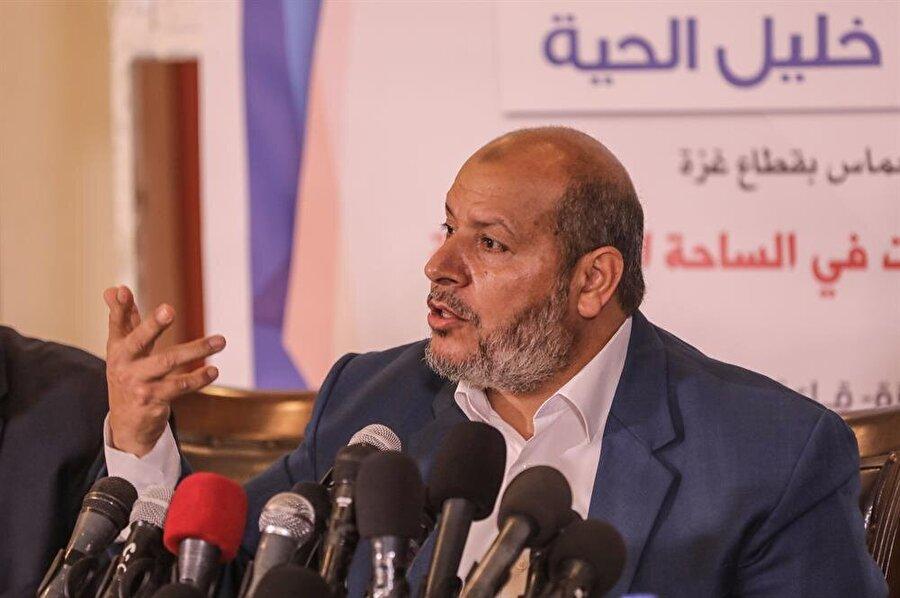 """Hamas'tan İsrail'le anlaşma açıklaması Hamas, bir süredir gündemde olan İsrail ile ateşkes görüşmelerinin yeni bir anlaşma olmayıp 2014'te Tel Aviv ile yapılan anlaşmanın güçlendirilmesi kapsamında gerçekleştirildiğini belirtti. Hamas yöneticilerinden Halil el-Hayye, Gazze'de düzenlediği basın toplantısında, Mısır'ın başkenti Kahire'de birkaç haftadır devam eden İsrail ile ateşkes görüşmelerine ilişkin açıklamalarda bulundu. İsrail ile yeni bir anlaşmanın söz konusu olmadığını 2014'teki ateşkes anlaşması temelinde çalışıldığını söyleyen Hayye, """"Bunu sağlamlaştırıp güçlendirmeyi görüşüyoruz."""" dedi."""