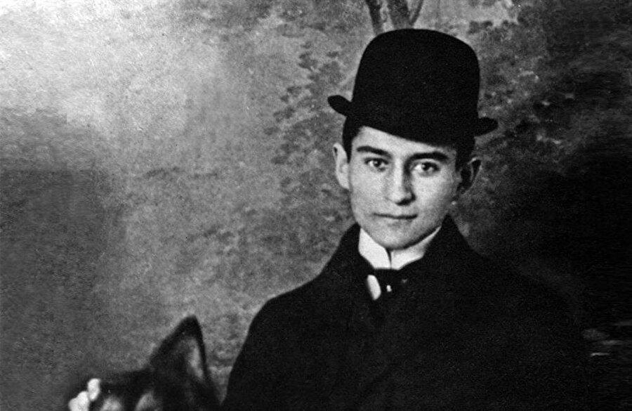 Franz Kafka 6 çocuktan ilki o, iki erkek kardeşi bebekken ölüyor, üç kız kardeşi nazi zulmünde ölüyor. Babası baskıcı, geçimsiz. O ise hep yalnız; Onun adı KAFKA