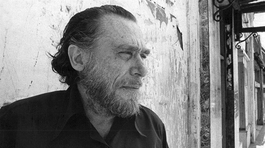 Charles Bukowski Babasından sürekli kemerle dayak yiyen bir çocuk.. Çogu geceler sokakta yatıyor. Cildi hasta, karaciğerinden muzdarip ; BUKOWSKİ