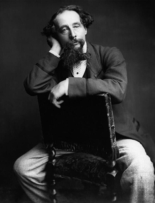 Charles Dickens Babası borçları yüzünden hapishaneye düşünce çalışarak borçları ödemek, ailesine bakmak zorunda kalan, okula gidemeyen küçük bir çocuk kendini yetiştiriyor; CHARLES DİCKENS