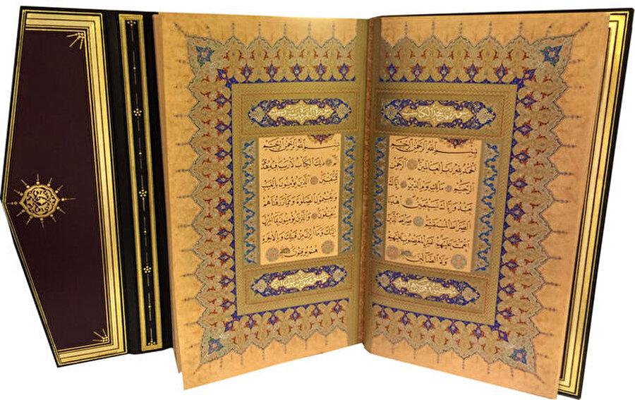 """Orjinali ile aynı boyutta Orijinali ile aynı boyutta ve yine orijinalinin kâğıdına en uygun cinsten kâğıda basılıp süslemeli cildi de aslının birebir aynı yapılan Hasan Rıza Efendi'nin hattı ile yazılmış Kur'an'ın yanında yine aynı boyda ve aynı şıklıkta hazırlanmış bir de tanıtım kitabı bulunuyor. """"Hasan Rıza Efendi ve Sultan Reşad İçin Yazdığı Mushaf-ı Şerîf"""" isimli kitabın """"takdim"""" yazısını Cumhurbaşkanı Tayyip Erdoğan'ın, sunuşunu baskı sırasındaki Başbakan Binali Yıldırım'ın, önsözünü de yine o sırada Kültür Bakanı olan Numan Kurtulmuş'un yazdıkları tanıtım kitabını hat tarihinin üstâdı Prof. Uğur Derman kaleme almış. Üstâd Uğur Bey, 64 sahifelik bu yayında e 1849 ile 1920 arasında yaşayan Hasan Rıza Efendi'nin hayatının yanısıra Kur'an'ın kâğıtlarının hazırlanışından yazılışına ve tezhibine, yani sayfa süslerine kadar bütün ayrıntılarını anlatıyor."""