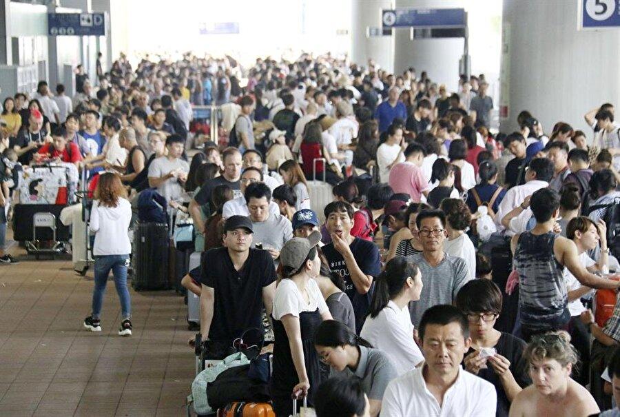 Kansai Uluslararası Havalimanı'nda tahliye edilmeyi bekleyen yolcular
