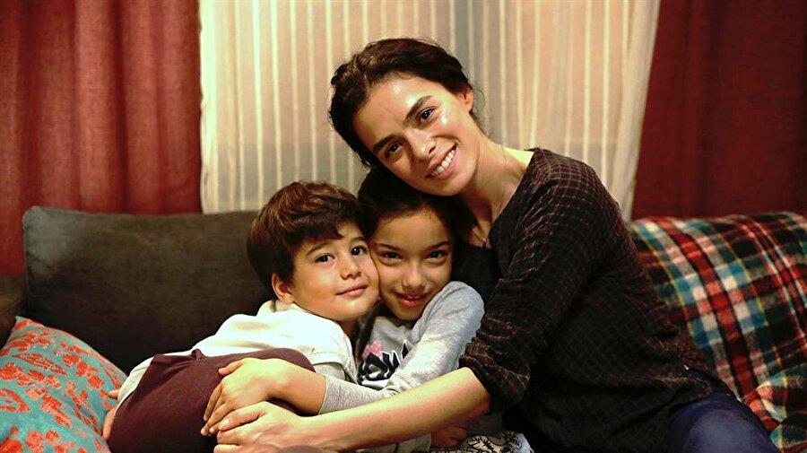 Fox TV - Kadın                                                                           Bahar, kocasını öldü olarak bilen ve 2 çocuğuyla yaşam mücadelesi veren bir kadındır. Oysa gerçek onun bildiğinden çok daha farklıdır. Kocası yaşamakta ve ailesi bildiği kadar masum değildir.