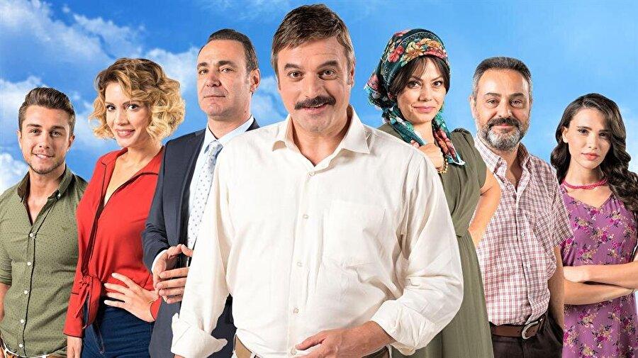 TRT 1 - Kalk Gidelim                                                                           Mustafa Ali, genç yaşında İstanbul'a gelmiş ve çok zengin olmuştur. Ailesinin karşı koymasına rağmen İstanbullu sosyetik bir güzelle evlenmiştir, üstelik anne-babasının gelin adayı Meryem'i gözü yaşlı ardında bırakarak. Bundan sonra Mustafa Ali işlerini fabrika kuracak kadar büyütüp zenginlik yolunda emin adımlarla yürürken ailesini ve doğup büyüdüğü köyünü ihmal etmiş bir türlü memleketine gidecek zaman yaratamamıştır. Köydeki ailesi Mustafa Ali'nin hayırsızlığından yakına dursunlar, yıllar bir çırpıda geçmiş çocuklar büyürken Mustafa Ali'nin şirketi de büyümüş zirveye çıkmıştır fakat yanlış kararlar Mustafa Ali'nin çöküşünü hızlandırmıştır. Sonunda iflas bayrağını çekmek zorunda kalan Mustafa Ali'nin bu durumu, ne lüks düşkünü karısı Nurcan'a, ne özel üniversiteye bile puanı tutmayan Playboy özentisi oğlu Canberk'e, ne de pamuklar içinde büyümüş kızı Duru'ya anlatmasına imkân yoktur. Mustafa Ali çaresizliğin yol açtığı mecburiyetle, tatile gidiyoruz bahanesiyle ailesini topladığı gibi köyün yolunu tutar.