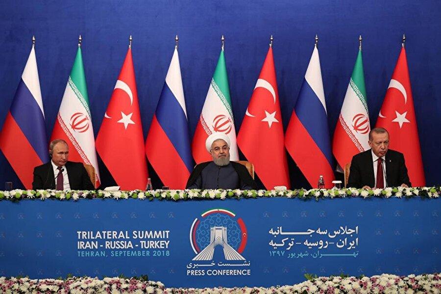 """Tahran'da üçlü zirve                                                                           Türkiye Cumhurbaşkanı Recep Tayyip Erdoğan, İran Cumhurbaşkanı Hasan Ruhani ve Rusya Devlet Başkanı Vladimir Putin'in """"Suriye"""" meselesi için gerçekleştirdikleri Türkiye-Rusya-İran Üçlü Zirvesi sonrasında üç lider ortak basın açıklaması yaptı. Suriye ihtilafına kalıcı çözüm bulunması amacıyla zirvedei Astana mekanizması bağlamında sahada ve siyasi süreç kapsamında yürütülen ortak çabalar ele alındı. Basın açıklamasının ardından yayınlanan ortak bildiride, Suriye ihtilafına askeri çözüm getirilemeyeceği ve ihtilafın siyasi süreç yoluyla sona erdirilebileceği inancı yinelendi."""