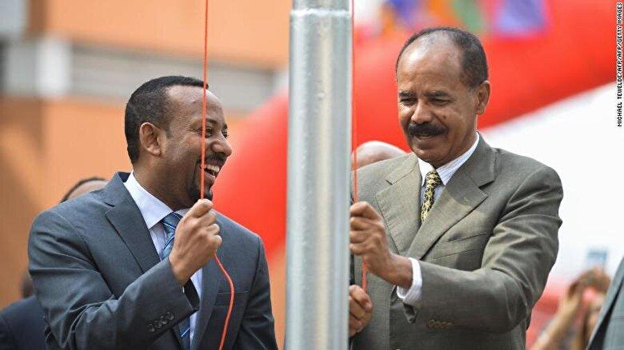 Etiyopya Eritre'deki büyükelçiliğini yeniden açtı                                                                           Etiyopya, barış anlaşması imzaladığı komşusu Eritre'deki büyükelçiliğini yaklaşık 20 yıl sonra yeniden açtı. Açılış törenine katılan Eritre Devlet Başkanı Isaias Afewerki ve Etiyopya Başbakanı Abiy Ahmed, Etiyopya bayrağını birlikte göndere çekti. Eski İletişim Bakanı Redwan Hussein, Etiyopya'nın yeni Asmara Büyükelçisi oldu. İki ülke arasındaki ticari ilişkiler de yıllar sonra yeniden başlatıldı.