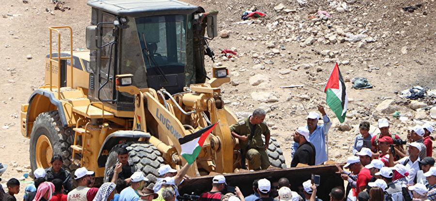İsrail Bedevi köylerini yıkıyor                                                                           İsrail Yüksek Mahkemesi işgal altındaki Doğu Kudüs'ün kırsalında bulunan Filistinli bedevilerin yaşadığı Han el-Ahmer hakkında yıkım kararı verdi. Filistin Dışişleri Bakanlığı ve Filistin Kurtuluş Örgütü mahkemenin verdiği bu karara tepki gösterse de İsrail Yüksek Mahkemesi, yapılan itirazı reddederek, bölgenin 7 gün içinde boşaltılmasına ve yıkımların başlamasına hükmetti. Filistin Dışişleri Bakanlığından yapılan açıklamada Uluslararası Ceza Mahkemesi'ne incelemeleri başlatması ve İsrail'in işlediği suçlara karşı soruşturma başlatması çağrısı yapıldı.