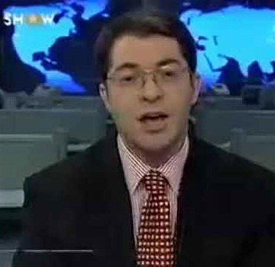 Hamit Özsaraç kimdir? 1956 doğumlu olan Hamit Özsaraç, 1980 yılında TRT'de spikerlik yapmış, 1990 yılında Gülgün Feyman ile birlikte Star TV'ye geçmişti. 1995 yılında Star TV'den ayrılarak Show TV'ye geçen Özsaraç, yaz dönemi hafta sonu haberlerini sundu. 2000 yılında hem Skytürk'te hafta içi haberlerini sunan başarılı spiker, aynı anda kendi kanalı Show TV'de hafta sonu haberlerini de sundu. Özsaraç, 2007 yılında Ali Kırca gelince Show TV'den ayrıldı ve 3 yıl işsiz kaldı. Özsaraç günümüzde ise seslendirme sanatçısı olarak devam etmektedir.
