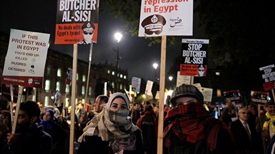 Mısır'da 1133 kuruma el konuldu Mısır'da, 3 Temmuz 2013'te gerçekleştirilen askeri darbenin ardından başlatılan toplumsal mühendislik, tüm hızıyla devam ediyor. Darbeden yalnızca bir ay sonra, 14 Ağustos'ta başkent Kahire'deki Rabia Meydanı'ndaki darbe karşıtı gösterilere kanlı müdahale ve binlerce kişinin tutuklanmasından sonra, şimdi de 1000'den fazla vakıf ve dernek kapatıldı. Ülke basınında yer alan haberlere göre, Müslüman Kardeşler Teşkilâtı'yla (İhvân) bağlantılı olduğu ifade edilen 1133 vakıf, dernek, hastane, okul ve şirket kapatılarak, mal varlıklarına el konuldu.