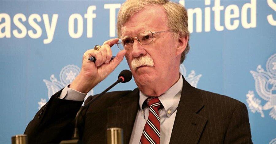 """ABD'den mahkemeye yaptırım tehdidi Beyaz Saray Ulusal Güvenlik Danışmanı John Bolton, Afganistan'da görev yapan Amerikalı askerlerin faaliyetlerine dair soruşturma veya yargılama süreci başlatıldığı takdirde, Uluslararası Ceza Mahkemesi üyelerine yaptırım getirecekleri tehdidinde bulundu. Başkent Washginton'daki bir düşünce kuruluşunda konuşan Bolton, """"Birleşik Devletler, vatandaşlarını ve müttefiklerimizi, illegal mahkemenin atacağı herhangi bir adaletsiz adımdan korumak için her türlü tedbiri alacaktır"""" dedi. Bolton, Amerikan askerleriyle ilgili iddiaların """"temelsiz ve saçma"""" olduğunu savundu."""