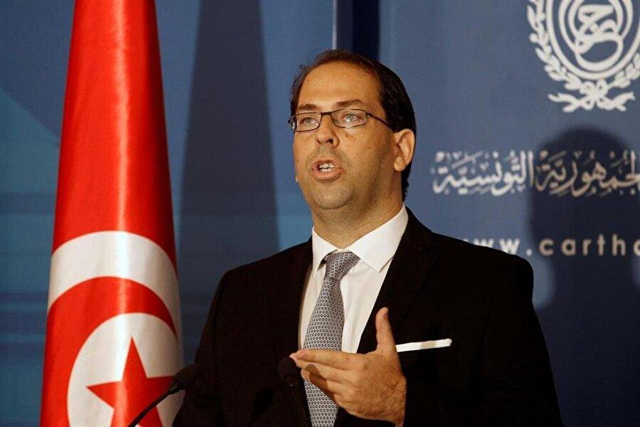 Tunus'ta siyasi kriz Tunus'ta, ilginç bir siyasi kriz yaşanıyor. İktidar ortağı Nidâ Tûnis Partisi'nin liderliğini yapan Hâfız es-Sebsî, yine aynı partinin üyesi olan Başbakan Yusuf Şâhid'e savaş açtı. Cumhurbaşkanı Becî Kâid es-Sebsî'nin oğlu olan Hâfız es-Sebsî'nin parti içi mücadelesinde, babasının da kendisini desteklediği kaydediliyor. İktidarın diğer ortağı Nahda Hareketi ise, denge siyaseti sürdürmeyi tercih ediyor. Cumhurbaşkanı es-Sebsî, geçtiğimiz mayıs ayında Başbakan Şâhid'e çağrıda bulunarak istifa etmesi veya mecliste güvenoyuna gidilmesi gerektiğini belirtmişti.