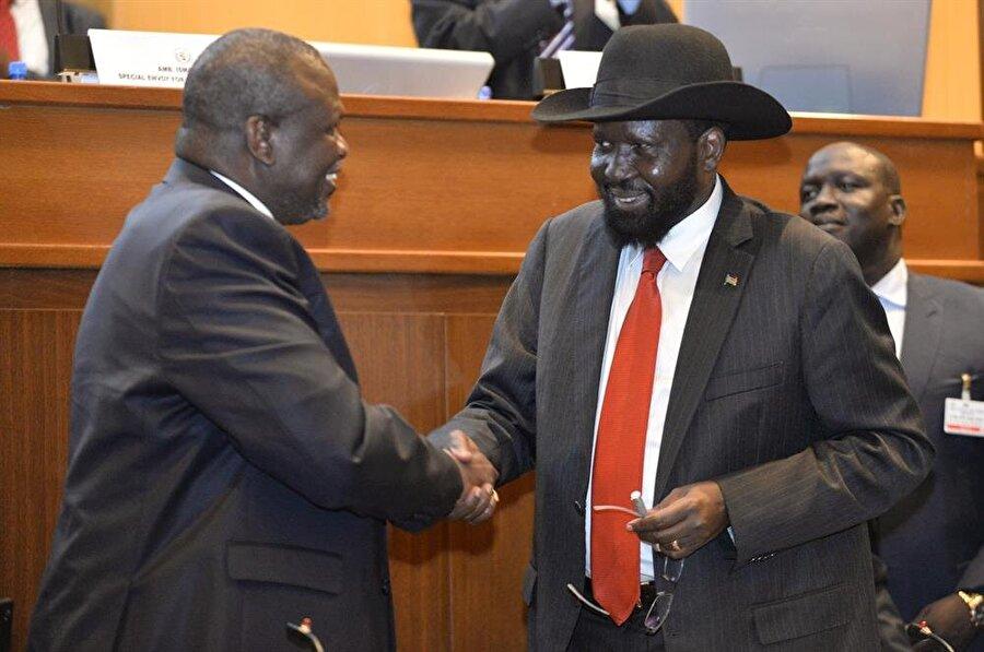Güney Sudan'da yıllardır süren iç savaş sona erdi Güney Sudanlı taraflar, aylardır süren yeni barış müzakereleri kapsamında nihai barış anlaşmasını imzaladı. Etiyopya'nın başkenti Addis Ababa'da düzenlenen 33. Hükümetler Arası Kalkınma Otoritesi (IGAD) Devlet ve Hükümet Başkanları Toplantısı'nda bir araya gelen muhalif lider Riek Machar ve Devlet Başkanı Salva Kiir Mayardit barış anlaşmasına imza attı. IGAD dönem başkanı ve Etiyopya Başbakanı Abiy Ahmed, burada yaptığı konuşmada, sadece anlaşmayı imzalamanın sorunları çözmeye yetmeyeceğini belirterek her görüş farklılığında silaha sarılmanın gerekmediğine işaret etti.