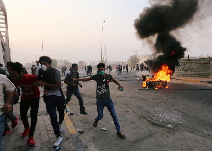 """İran'dan ABD'ye Basra tepkisi İran Dışişleri Bakanlığı Sözcüsü Behram Kasımi, Irak'ın Basra kentindeki İran Başkonsolosluğuna saldırı düzenleyenlerin ABD tarafından desteklendiğini söyledi. Kasımi, Beyaz Saray Basın Sözcüsü Sarah Sanders'in Irak'taki ABD misyonlarına saldırı olması durumunda Tahran rejimini sorumlu tutacakları yönündeki açıklamasına tepki gösterdi. Dışişleri Bakanlığı sitesinde yayımlanan açıklamasında Kasımi, """"İran'ın Basra Konsolosluğuna saldıran gruplar, Washington yönetimi tarafından açıkça destekleniyor."""" ifadelerini kullandı."""