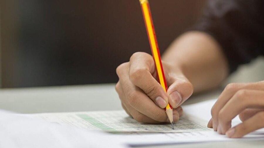 Sizce sınavlar nasıl olmalı?                                                                                                                Son soru sınavlara yönelik oldu. 'Sizce sınavlar nasıl olmalı?' sorusu yöneltilen öğrenciler, test şıkkına %70.2 oranında yüksek bir yönelim sağladı. Onu, %20.5 ile yazılı ve % 9.3 ile sözlü takip etti.