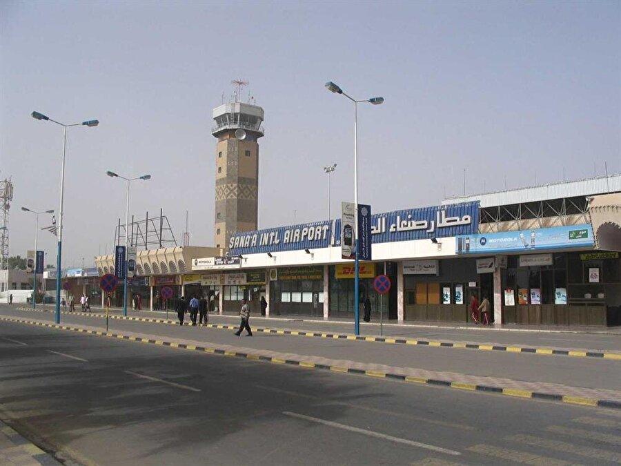 """BM ve Husiler arasında havalimanı anlaşması İç savaşın tüm şiddetiyle sürdüğü Yemen'de Husiler ile Birleşmiş Milletler (BM) arasında, Husilerin kontrolündeki Uluslararası Sana Havalimanı'nın, yurt dışında tedavi görmesi gereken hastalar için açılması konusunda mutabakata varıldı. Husilere bağlı Yemen resmi haber ajansı SABA'da yer alan habere göre, BM Yemen Koordinatörü Lise Grande, Husilerin sözde Dışişleri Bakanı Hişam Şeref ile başkent Sana'da """"insani hava köprüsü oluşturulması"""" için mutabakat zaptı imzaladı."""