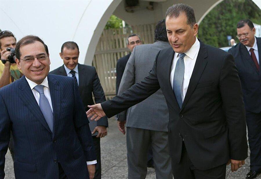 """Kıbrıs'la Mısır arasında doğalgaz anlaşması Güney Kıbrıs'la Mısır arasında, Doğu Akdeniz'deki yataklardan elde edilen doğalgazın Mısır üzerinden Avrupa'ya taşınması konusunda mutabakat imzalandı. Güney Kıbrıs Enerji Bakanı George Lakkotrypis, ülkeyi ziyaret eden Mısır Enerji Bakanı Tarık Molla ile birlikte düzenlediği basın toplantısında, """"Bugün imzalanan belge, sadece Kıbrıs için değil bütün Doğu Akdeniz havzası için oldukça önemli bir dönüm noktası teşkil ediyor"""" dedi. Bakan Lakkotrypis, anlaşmanın """"ortak bölge için, alanında bir ilk"""" olduğunu kaydetti."""
