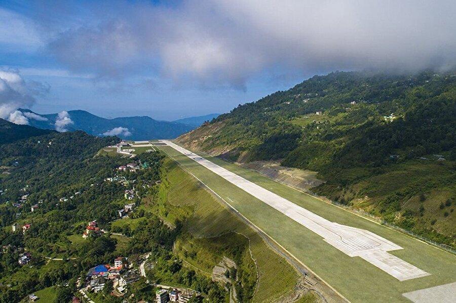 Pakyong havaalanında uçakların iniş-kalkış yapabilecekleri tek pist bulunuyor                                                                           Çin sınırına 60 kilometre mesafede yer alan havaalanı, 1,371 rakımlı Pakyong köyünün hemen üzerine inşa edildi. Eyalet aynı zamanda dünyanın en yüksek üçüncü dağı olan Kanchenjunga'ya da ev sahipliği yapıyor.