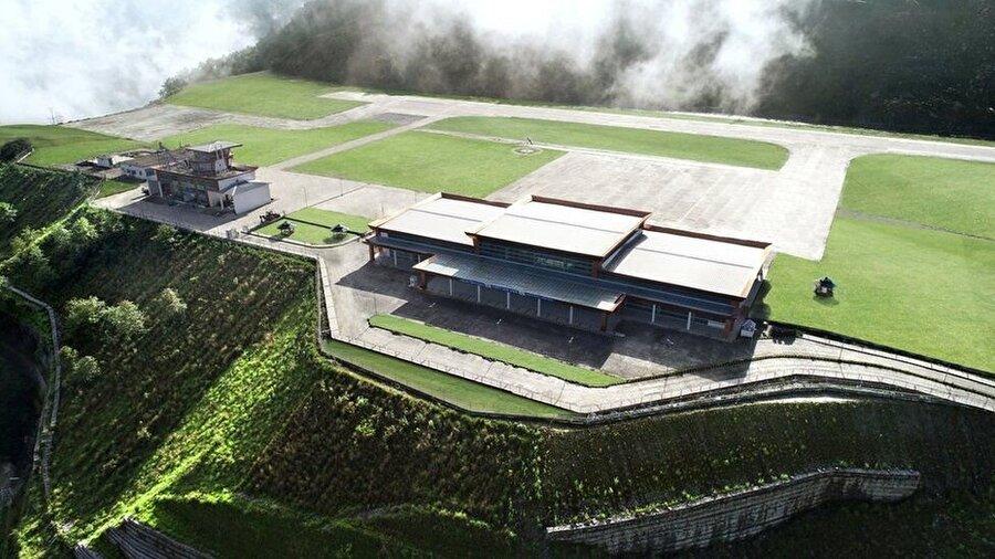 Dağın tepesinde, bulutlarla iç içe muhteşem manzarasıyla misafirlerini ağırlamaya hazırlanıyor                                                                           Pakyong Havaalanının, 1.75 kilometre uzunluğundaki pistinin iki ucunda da derin vadiler yer alıyor. Aynı anda 100 yolcuya hizmet verebilecek bir terminal binası ile iki uçaklık bir park alanı da bulunuyor.