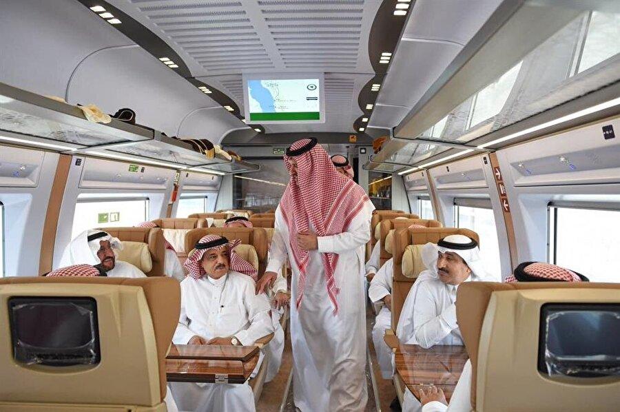 Haremeyn Treni seferlere başladı Suudi Arabistan'da Ortadoğu'nun en büyük ulaşım projelerinden sayılan hacılar ve umrecilerin geliş gidişlerini kolaylaştıracak Harameyn Hızlı Tren projesi hayata geçti. Suudi Arabistan haber ajansına (SPA) göre, bugün Cidde'de Harameyn Hızlı Tren hattının açılışını yapan Kral Selman bin Abdülaziz, Medine bölgesine giden trene bindi. Mekke-Medine arasında uzanan ve toplam 5 istasyondan oluşan hattın uzunluğunun 450 kilometre olduğu ve yılda 60 milyon yolcuya hizmet vereceği ifade ediliyor.