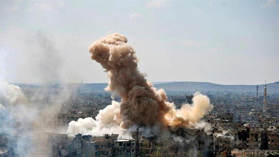 Koalisyon güçleri Suriye'de 2 bin 832 sivil öldürdü Suriye İnsan Hakları Ağı (SNHR), Suriye'deki askeri müdahalesinin 4. yılını dolduran ABD öncülüğündeki DEAŞ Karşıtı Uluslararası Koalisyon güçlerinin saldırılarında bugüne kadar 861'i çocuk ve 617'si kadın olmak üzere toplam 2 bin 832 sivili öldürdüğünü açıkladı. Rapora göre, Suriye'de terör örgütü YPG/PKK'ya destek veren koalisyon güçleri, son 4 yıl içerisinde en çok sivili Rakka ilinde katletti. Buna göre Rakka'da bin 133, Halep'de 782, Deyrizor'da 447, Haseke'de 218, İdlib'de 126, Humus'da 121 ve Dera'da 5 sivil koalisyon saldırılarında yaşamını yitirdi.