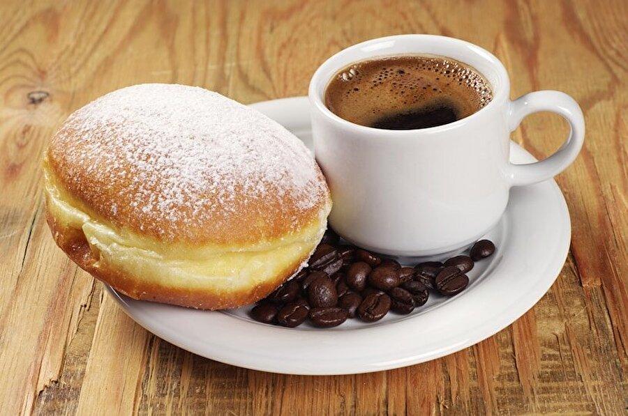 3. Tüketim rekorunda liderlik Amerika, Almanya ve Fransa'nın                                                                                                                                                                                          Kahve içme konusundaki kibarlıklarıyla ön planda olan Fransa, tüketim konusunda da lider konumda. Elbette burada yalnız değil çünkü Amerika ve Almanya da tüketim konusunda oldukça iddialı. Üç ülke, dünya kahve tüketiminin %65'lik kısmını oluşturuyorlar.
