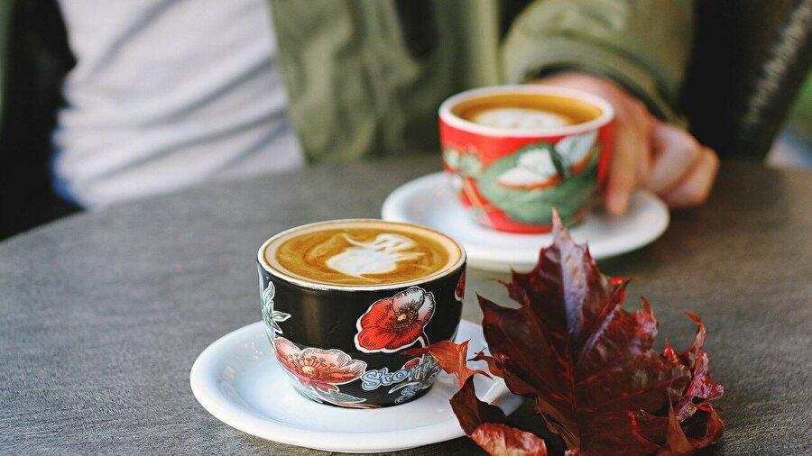 5. Amerika'da kahve içmek = Yemek sonrası aktivite                                                                                                                                                                                                                               Nasıl yani dediğinizi duyar gibiyim. Öyleyse durumu şöyle özetleyelim; Amerika'nın kurulduğu yıllarda kahve, yemek arasında ya da akşam yemeğinden sonra içilirdi. Yani bugünkü gibi bir kahve kültürüyle uzaktan dahi bir ilgileri yoktu.