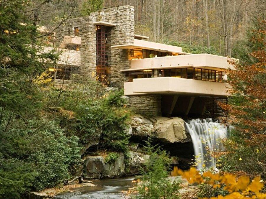 Wright'ın organik ev olarak tanımlanan yapısı; Fallingwater.