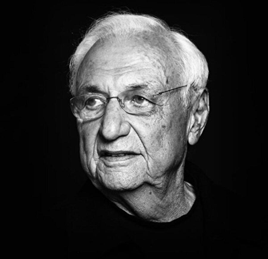 Frank Gehry                                      Aslında onu hepimiz yapmış olduğu o meşhur Dans Eden Ev mimarisiyle tanıyoruz. Prag'da bulunan bu yapı, Gehry'e kariyerinde büyük bir başarı kazandırmıştı. Yine de diyebiliriz ki; yapmış olduğu her yapı, çağdaş mimarinin en önemli eserleri arasında yer alıyor.
