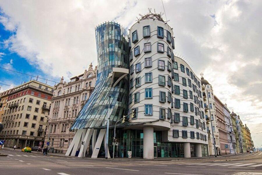 Gehry'nin en bilinen eserlerinden biri olma özelliği taşıyan Dans Eden Ev.
