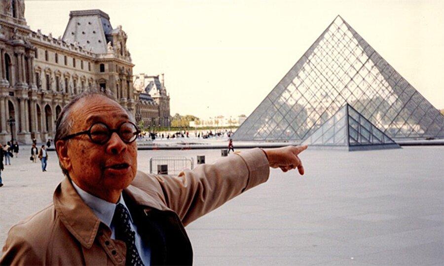 Pei'nin önünde fotoğraf çekildiği bu yapı, Paris'te bulunuyor ve Louvre Piramidi adını taşıyor.