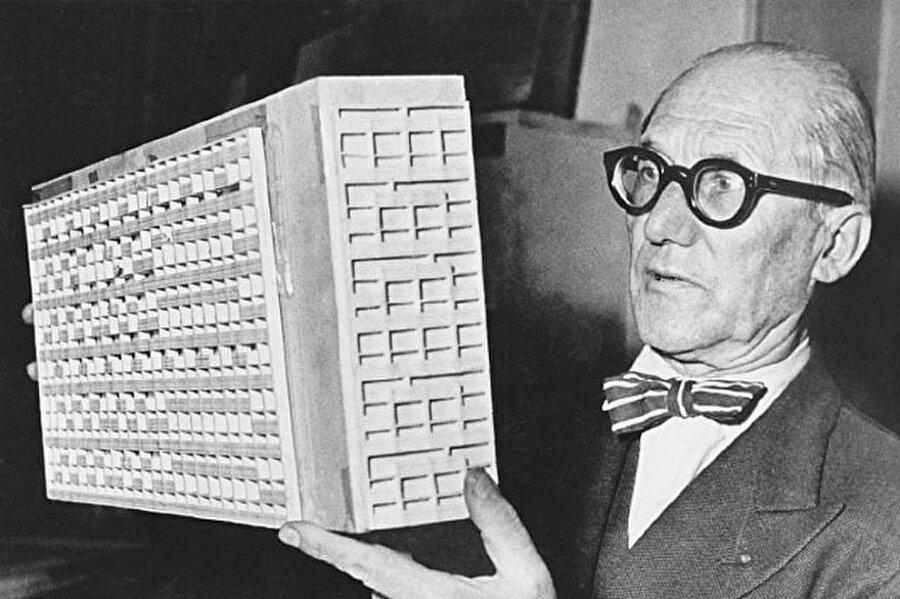 Le Corbusler                                      İsviçre kökenli Fransız Mimar Le Corbusler, bugünkü mimarlarımız bir meslek olarak sürdürdükleri modern mimari kavramını ortaya çıkaran kişidir. Yaşamı boyunca Avrupa, Japonya, Hindistan, Kuzey ve Güney Amerika'da çalışmalar yürüten Corbusler'in amacı; insanlara daha yaşanılası ortamlar sunmaktı.