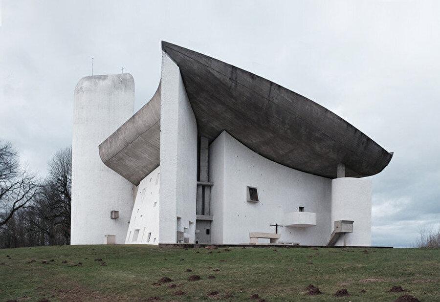 Corbusler'in ikonikleşen eseri Notre Dame du Haut. Yapı, Fransa'da bulunuyor.