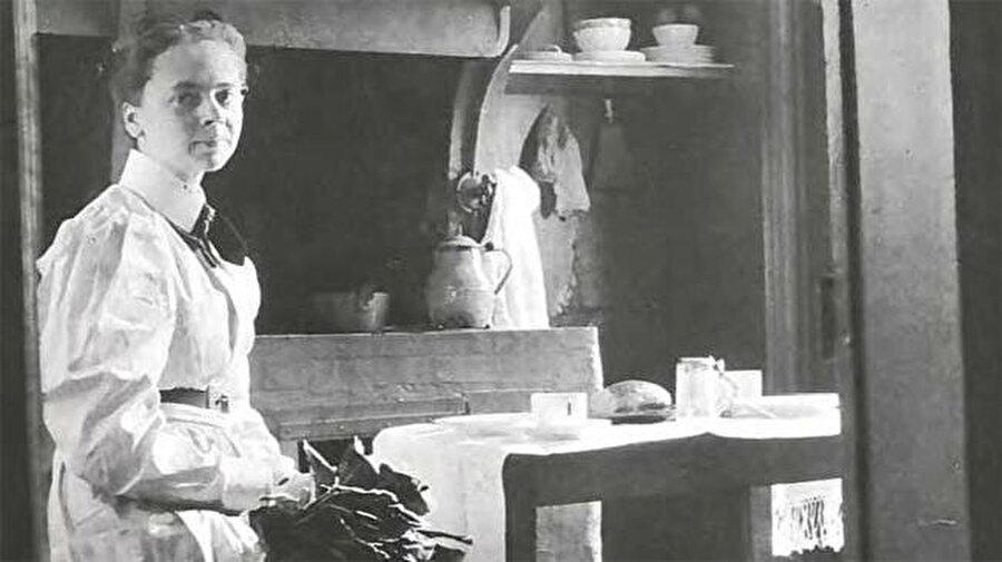 Julia Morgan                                      Paris'te yer alan Ecole de Beaux-Arts'tan mezun olan ilk kadın mimar olarak tarihe geçen Morgan, başarılarını; YWCA binaları ve Mills College'daki binalar da dahil olmak üzere kadınlara hizmet veren kurumlar için pek çok bina tasarlayarak devam ettirdi. Ölümünün ardından kendisine AIA Altın Madalyası verildi. Bu ödülü alan ilk kadın mimar oldu.
