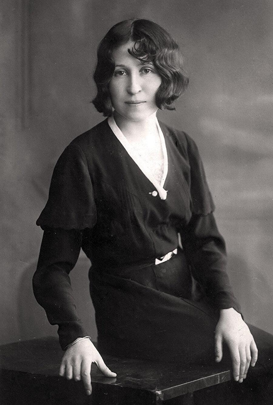 Münevver Belen                                      Hep yabancı mimarlar mı var diyorsanız söyleyelim Türk mimarları sona bıraktık. Münevver Belen ile de listeyi başlatıyoruz. Belen, Türkiye'nin ilk kadın yüksek mimarıdır. Aynı zamanda Güzel Sanatlar Akademisi'nin de ilk kadın mezunlarındandır. Belen, kariyeri boyunca Türkiye'nin ikinci kadın mimarı Leman Cevat Tomsu ile birlikte ortak çalışmalara imza attı. Türk kadın mimarlar, öncünüz belli.