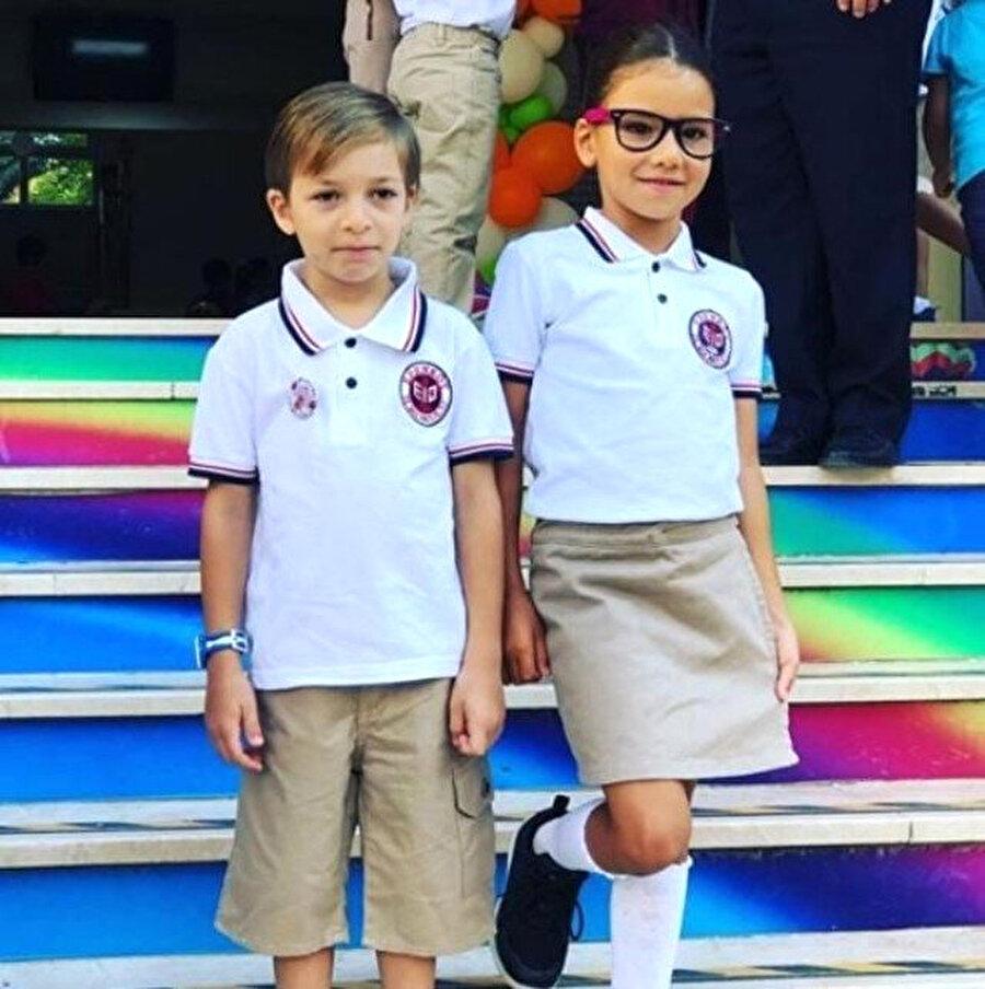 Yeğeni ve kızını özel okuldan aldı                                      6 yaşındaki kızı ve yeğeninin diğer çocuklarla aynı imkanlarda okuması için özel okuldan aldığını açıklayan Karaca, büyük alkış topladı.