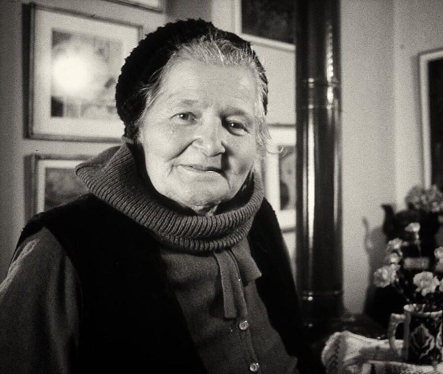 Mualla Eyüboğlu                                      Güzel Sanatlar Akademisi'nden mezun olan Eyüboğlu, Topkapı Sarayı'nın restorasyon çalışmalarına katkı sağlamıştı. Eyüboğlu, ressam ve şair Bedri Rahmi Eyüboğlu ile yazar Sabahattin Eyüboğlu'nun kız kardeşidir.
