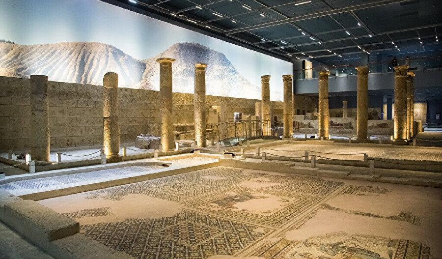 Zeugma Mozaik Müzesi'nde, Zeugma Antik Kenti'nden çıkarılan buluntular sergilenmektedir. Zeugma'nın kökleri M.Ö. 300 yılına dayanır. Büyük İskender'in generali olan Euphrates, Fırat Nehri'nin en stratejik noktasına kendi adını verdiği Seleukeia Euphrates şehrini kurar.