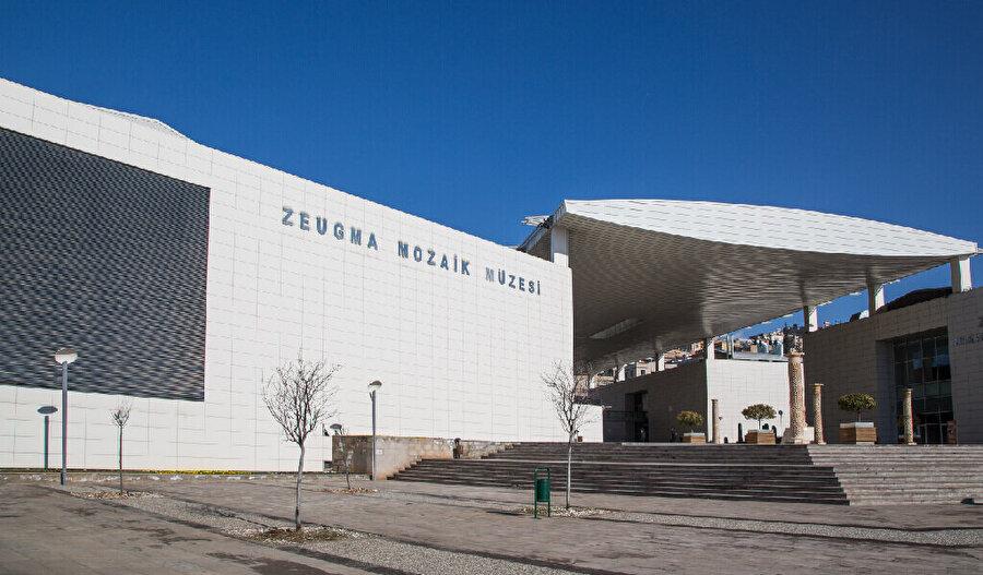2010 yılında açılan Zeugma Mozaik Müzesi, Hatay Arkeoloji Müzesi açılana dek dünyanın en büyük mozaik müzesiydi. Gaziantep'te Eski Tekel Fabrikası alanı üzerine kurulan müze tam 30.000 metrekarelik bir alan üzerinde görkemli bir şekilde yükseliyor.