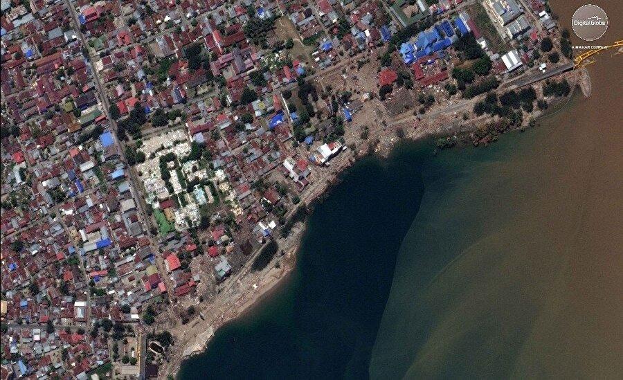 Görüntülerde dev tsunami dalgalarıyla gelen suyun kasabaları nasıl yuttuğu  açıkça görünüyor.