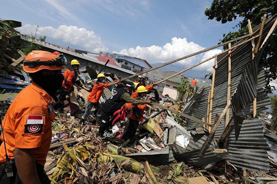 Yardım ekipleri uzak bölgelere ulaşmasıyla birlikte ölü sayısının daha da artmasından endişe ediliyor.