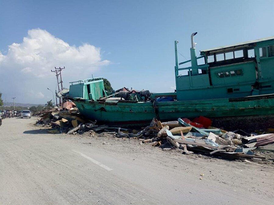 Depremin ardından Palu'da karaya oturmuş bir gemi